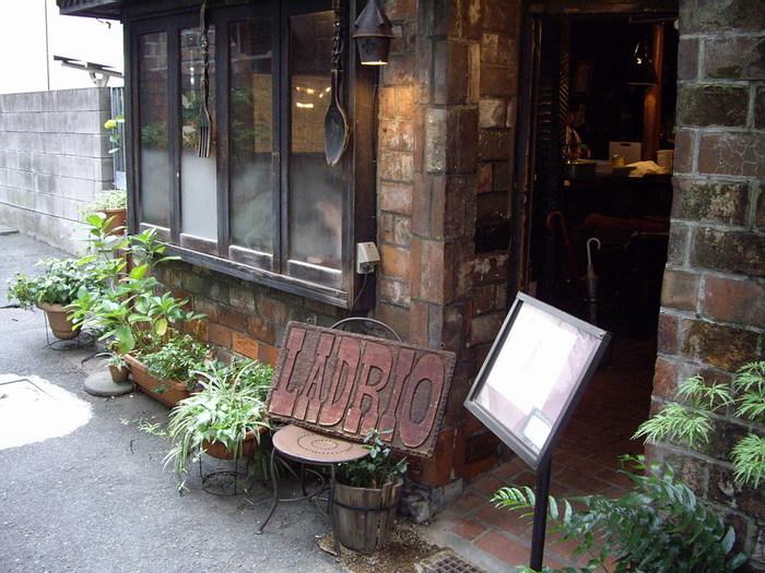 神保町エリアには、昔から本好きに愛されているレトロ喫茶店がたくさん点在しています。ノスタルジックな雰囲気の店内で、美味しいコーヒーを片手に、ゆったりとお気に入りの本を読んでみてくださいね。
