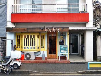 古町でカレーといえば「VOVO」です。こちらは、かつて村上春樹などの著名人が愛した原宿の有名カレー店「GHEE」(現在は閉店)で厨房を任されていた店主さんのお店です。