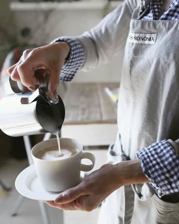 カフェラテを作るのにもおすすめのたっぷりとした白いコーヒーカップ&ソーサー。白いカップとソーサーはほかのアイテムとも合わせやすく、とても使いやすいアイテムです。柄の入っていないカップをひとつは持っていたいところです。
