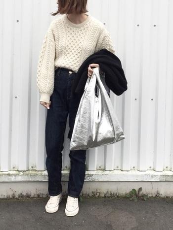 冬の定番「ニット×デニム」のシンプルコーデを、旬顔にアップデートするボリュームニット。立体的で表情豊かなケーブル編みと、袖のボリュームデザインが女性らしくて優しい雰囲気。一枚でコーディネートの主役になるケーブルニットは、カジュアルなデニムスタイルに上品さをプラスしてくれます。