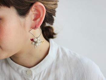 思わず目を引くモダンなデザインのピアスは、マットな水晶がとっても涼しげ。赤いサンゴが夏らしく、おしゃれなアクセントに♪