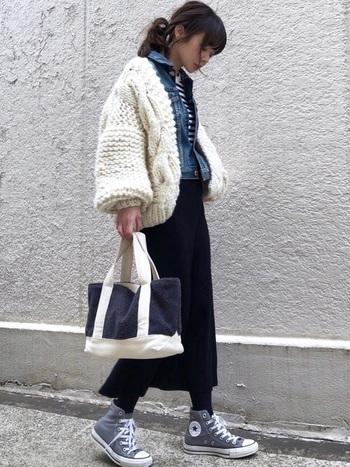 こちらのコーディネートは、ボリューミーなニット×デニムジャケットのおしゃれなレイヤードスタイル。女性らしい雰囲気のタイトスカートを合わせることで、デニムのカジュアル感が抑えられてキレイめな印象に。さらりと羽織るだけで今っぽい着こなしが決まるニットジャケットは、冬のおしゃれの幅をぐっと広げてくれそうです♪