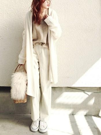 """こちらもホワイト×ベージュのおしゃれな配色コーデ。ゆったりシルエットのニットカーディガンが、ノーブルで上品な印象を与えます。女性らしいVネックセーターやファー付きのカゴバッグを合わせることで、カジュアルな中にも""""女っぽさ""""が光る大人の着こなしに。"""