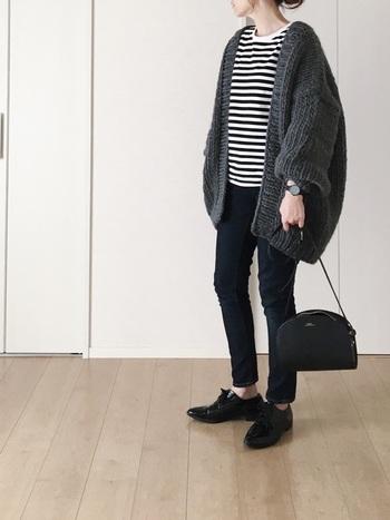 ボリューム感のあるスリーブデザインと、ざっくり大きな編み目が可愛いニットカーディガン。オーバーサイズのニットをバランスよく着こなすには、細身のデニムを合わせてシャープなシルエットを作ると◎。大人っぽく洗練されたシックな配色も素敵ですね。