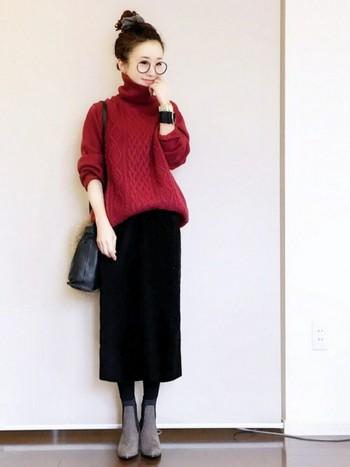 女性をより魅力的に見せる「赤×黒」の配色コーデ。ニットの華やかな赤と、スカートの黒のコントラストがとっても綺麗ですね。ゆったりした赤ニットをシックに着こなすには、シャープなシルエットのボトムスを合わせると◎。タイトスカートでニットのラフ感が程よく抑えられ、コーディネートのおしゃれ度がUPしますよ♪