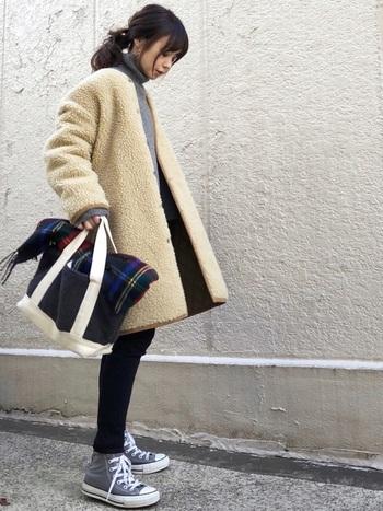ファッション性と防寒性を兼ね備えた「ボアアウター」。羽織るだけで今年らしさが出せるので、マンネリになりがちな冬コーデにおすすめのアイテムです。こちらのボアコートはベージュの上品な色合いと、ゆったりしたシルエットがおしゃれな雰囲気ですね。洋服をシックなトーンでまとめることで、ボアのナチュラルな素材感がさらに際立ちます。同じボア素材のトートバッグや、チェック柄ストールのアクセントなど。おしゃれな小物使いもさっそく真似したくなります♪