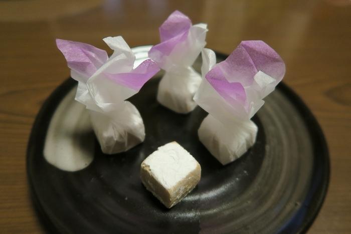 「愛香菓」は、お花が咲いたようなラッピングが可愛らしい一口お菓子です。「加賀八幡起上もなか」と同じ定番菓子の一つ。アーモンド、レモン、シナモンの3つの香りが溶け合わさっているのがポイントで、口に入れると甘さと共にふわっと香るのだそう♪
