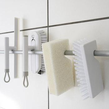 バスルームのお掃除は煩雑になりがち。スポンジで優しく洗いたいところやブラシでゴシゴシこすりたいところ、水気を取りたいところなどなど。ケースに応じてさまざまな道具が必要になるので、道具の収納にも困ってしまいますね。 こちらのシリーズは水気を払う「スキージー」、蛇口の根元なども洗いやすい「柄付きブラシ」、面を一気に洗ったらさっとかけて水気を切れる「フッキングブラシ」、柔らかくバスタブを拭う「フッキングスポンジ」の全てがラインナップ。 それぞれの担当場所をささっと掃除した後はバーなどにかけておけるので、水気も切りやすくスッキリ清潔に収納できます。