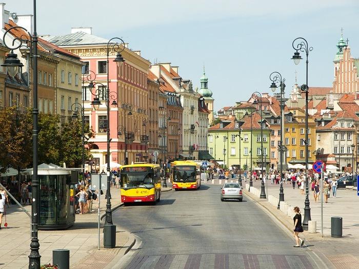 第二次世界大戦で大破された旧市街は、戦後に復元された街。「レンガのひび割れ一つに至るまで」忠実に蘇らせたワルシャワ市民の熱意が評価され、世界遺産に登録されました。
