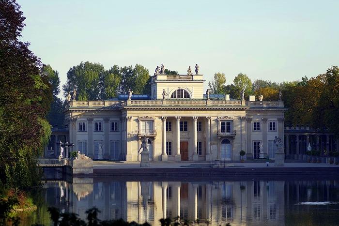 ワルシャワのやや東側に位置する、美しくて広大な公園です。 ポーランド最後の王、スタニスワフ・ポニャトフスキがワジェンキ宮殿を建造し、その名が公園の名称になりました。池の畔に建造した夏の離宮・水上宮殿は必見です。