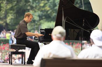 5月~9月の毎週日曜日にはショパン像の下で野外ピアノコンサートが開催されます。