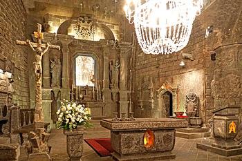 すべてが岩塩でできた見事な彫刻やまるで宮殿のような聖キンガ礼拝堂など見所満載。幻想的な世界が広がっています。 昔、ハンガリーの王女がポーランド王家に嫁いだ時、想いをこめて投げた指輪の示した場所がヴィエリチカで、そこから塩がとれるようになったという伝説があるそう。