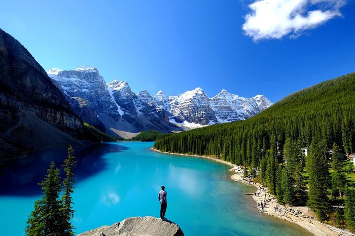 カナディアンロッキーとは、カナダからアメリカを縦断する山脈のうち、カナダのユーコン準州からアルバータ州、ブリティッシュコロンビア州にある山々のことを指します。最も高い山は3954mのロブソン山で、それ以外も3000m級とスケールの大きな山ばかり。そして山のふもとには、青々とした美しい湖や川、渓谷などが至る所に広がっています。