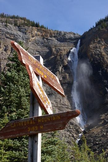 カナディアンロッキーの中には、カナダ初の国立公園であるバンフ国立公園をはじめ、ジャスパー、ヨーホー、クートニィの計4つの国立公園、そしてロブソン山州立公園など3つの州立公園があります。そのほか氷河や滝、渓谷などさまざまな自然が手つかずで残っていることが評価され、1984年に「カナディアンロッキー山脈自然公園群」はユネスコの世界遺産に登録されました。