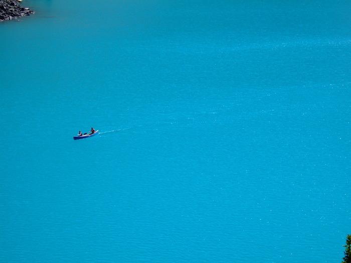 まるで絵の具を溶かしたような青い水面。カヌーに乗ってゆっくりと湖面を漂うだけで、心が洗われそう。