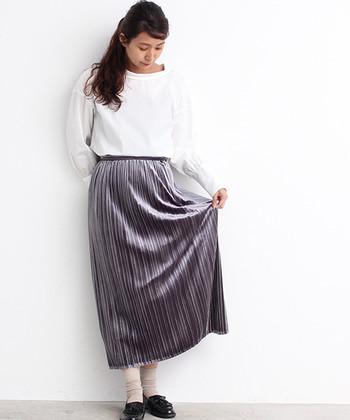 """グレーのプリーツスカートに、白色のトップスを合わせた着こなし。足元はローファーに靴下で、ガーリーな雰囲気を感じさせるコーデです。スカートをベロア素材にすることで、ガーリーに偏り過ぎない""""大人可愛い""""を実現させています。"""