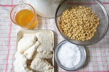 大豆、麹、塩の3つだけで、あの深い味わいと豊かなコクを作り出すお味噌は、素材のよさが味に直接影響します。大粒で水分をたっぷりと吸う、良質な大豆を使うことがおいしい味噌づくりの第一歩です。