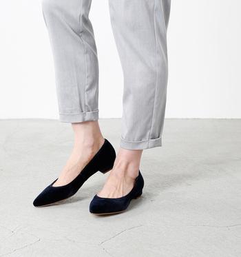 ベロア素材のパンプスは、冬はタイツと合わせ、春になれば靴下やフットカバーと合わせて。長い期間使えるシューズだからこそ、様々な着こなしを楽しみたいですね。