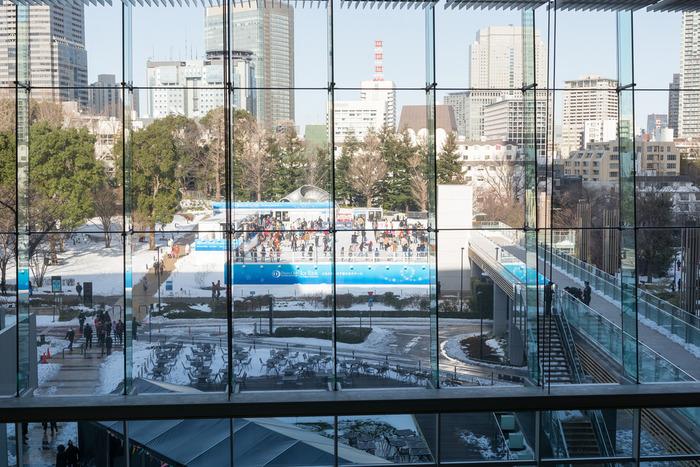 晴れた日は、屋外でスケートを思う存分楽しむのはいかが? 都内の真ん中、東京ミッドタウンの期間限定アイスリンクで、思いっきり汗をかきましょう。『六本木駅』より直結、千代田線『乃木坂駅』3番出口より徒歩約3分、南北線『六本木一丁目駅』1番出口より徒歩約10分、2018年1月5日(金)~3月4日(日)までオープンしています。
