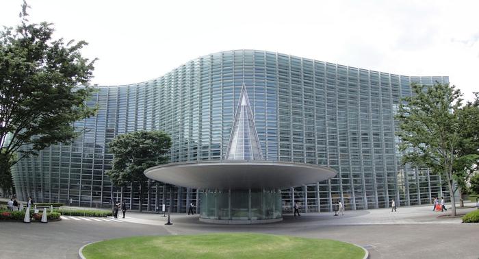 『乃木坂駅』直結のほか、『六本木駅』から徒歩6分の場所にある「国立新美術館」は、2007年に誕生しました。黒川紀章氏デザインによる、ゆるやかなカーブを描いたガラスの外観が、ひときわ目立っています。解放感のある広い空間なので、屋内でありながらのびやかに鑑賞できる美術館です。