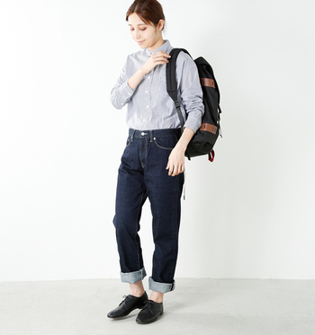 デニム×シャツも、メンズ感をアピールできる組み合わせ。黒の靴や黒のリュックで、大人の男性をイメージした着こなしを楽しんでみるのも良いですね。