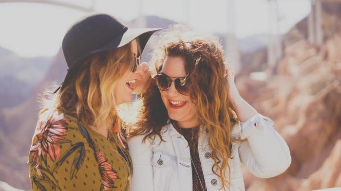 デジタルデトックスのメリットのひとつに、人とのコミュニケーションが充実するという点が挙げられます。 もちろんスマホのSNSを使って、離れている友人や家族と気軽に連絡を取り合うことも立派なコミュニケーションですが、用事もないのにスマホをいじる癖がついてしまっている方は結構多いはず。そうすると、せっかく人と一緒にいる場合でも無意識のうちにスマホをいじってしまい、十分なコミュニケーションが取れなくなってしまいます。 スマホから離れることができると、目の前にいる人とのコミュニケーションが活発になるので、より仲が深まりますよ◎