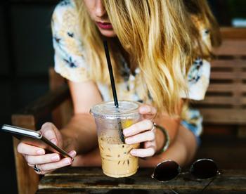 ご飯を食べながら、歯を磨きながら、テレビを見ながら、時には仕事をしながらスマホを触ってしまっている、なんてことはありませんか? 「ながらスマホ」は集中力を低下させるため、ご飯のおいしさが半減したり、テレビの内容がほとんどわからなかったりなどと、脳の満足度が低下してしまうと言われています。何かをするときは「片手にスマホ」ではなく、一つ一つのことに集中してみましょう。そうすることで満足度がアップしますし、集中することで何か新しい発見やひらめきが生まれるかもしれませんよ。