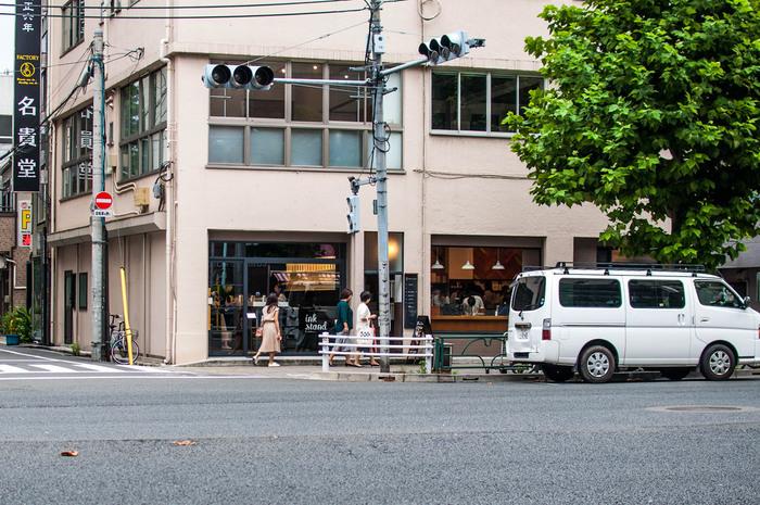 """そしてなによりも注目したいのが、今蔵前に""""ものづくり""""を仕事にする人たちが集まってきているということ。蔵前は昔から製造業が盛んなエリアですが、近年では工場や問屋が多い町並みのなかに、若手作家のアトリエや、職人技が光るコーヒーショップなど、お洒落スポットがたくさん登場しています。それは「東京のブルックリン」と呼ばれるほど!"""