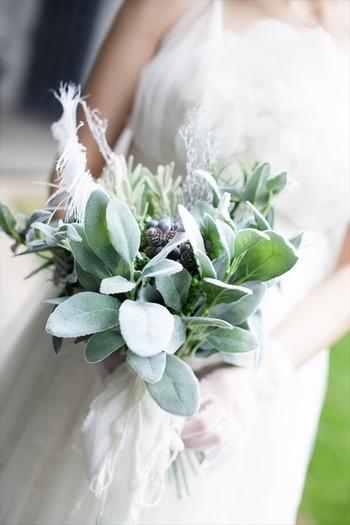 お花ではなく、グリーンを主役に組み合わせた爽やかなブーケも人気があります。アクセントになるよう、実ものや羽などもリズミカルに配しているのがポイント。