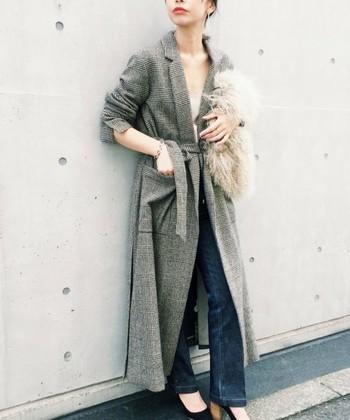 人気のグレンチェックのロングコートは、ローブのようなデザインがレトロシックで素敵です。ふわふわのファーバッグで少しだけ優しさをプラスして。