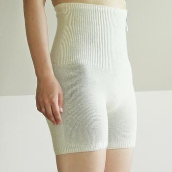 腹巻+パンツを組み合わせた『はらぱん』は、ミニスカートやパンツスタイルの時も体を暖めてくれる優秀アイテム!伸縮性があり、体のラインにフィットするのに締め付け感のない快適な着用感で、もこもこする心配も不要です。