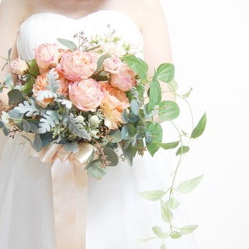 アプリコットオレンジのバラとラナンキュラスを使った、上品な華やかさのブーケです。ダスティーミラーやユーカリのほどよいグリーンがナチュラル感を演出してくれます。