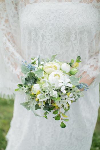白とグリーンのラナンキュラスをメインにした小ぶりなブーケ。花弁が幾重にも重なるラナンキュラスは、存在感がありながらも派手過ぎない品の良さで、ラスティックなブーケにもぴったりのお花です。