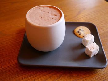 カフェでは、自慢のチョコレートを使った飲み物と焼き菓子を提供しています。なかでもホットチョコレートはこの寒い時期にぴったり!こちらは、ほうじ茶ベースの「クラマエホットチョコレート」です。ほかには、カカオの濃厚な味わいを楽しめる「ヨーロピアンホットチョコレート」、アーモンド&スパイスが効いた「ミッションホットチョコレート」など。ほっこりとリラックスできて、会話が弾みそう♪