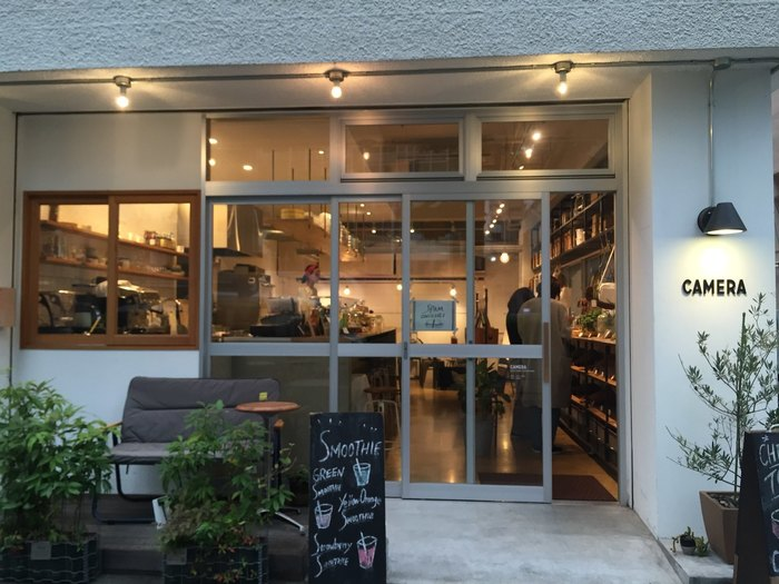 「ダンデライオン・チョコレート ファクトリー&カフェ蔵前」から歩いて2、3分のご近所にあるのが、築40年の倉庫を改装してつくられたカフェ&イベントスペースの「CAMERA(カメラ)」。オリジナルレザーグッズのブランド「numeri(ヌメリ)」と、オリジナルの焼き菓子ブランド「MIWAKO BAKE(ミワコベイク)」のお店です。