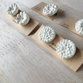 石塑粘土は、造形しやすく軽いので、ブローチ、ヘアピンなどさまざまなアクセサリーの素材としてとても人気。あなたも手作りしてみませんか?