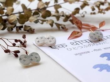 簡単に手に入り、簡単にハンドメイドできる石塑粘土。市販品にはない、温かな手作り感が魅力ですね。ファッションに優しい個性をもたらしてくれそう。ぜひ、試してみませんか。