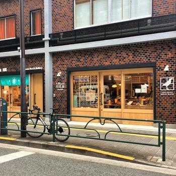 2008年、3人の台湾人女性デザイナーによって設立されたファブリックブランド「印花樂(インブルーム)」。2017年11月、記念すべき日本1号店がオープンしました!場所は都営大江戸線・蔵前駅のA5出口を出てすぐ、白い鳥のモチーフと、赤レンガ調のレトロな外観が目をひく建物にあります。