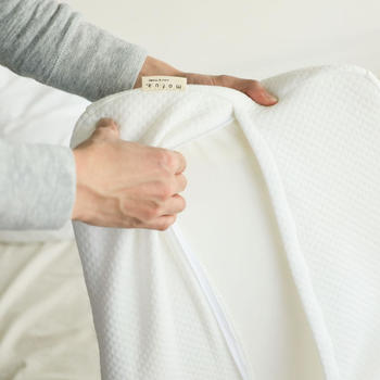 枕にぴったりのカバーは丸洗いできるニット生地。柔らかな素材で気持ち良く眠れそう。