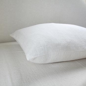 和紬で出来たピローケースは凹凸のある表面が肌に柔らかく、表情に富んでいます。吸水性に優れているので、寝ている間の汗なども吸い取って、気持ちよく寝覚めを迎えることができます。