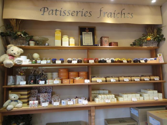店内では、フランスで修行をしたパティシエによる親しみのあるスイーツの数々を買う事ができます。手土産にも喜ばれる焼き菓子などももちろんありますよ。