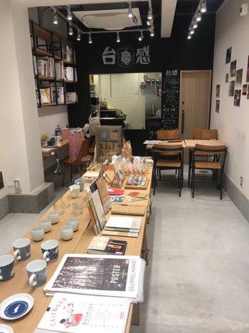 台湾カルチャーに精通したクリエイティブエイジェンシー「LIP(離譜)」がプロデュースするお店とあって、並んでいる食器やノートなどのアイテムも、どこか独特な魅力を放つ模様やイラストをあしらったデザインが目立ちます。奥の本棚には台湾にまつわる雑誌や本がたくさん。彼と台湾のカルチャーやファッションについて語ってみるのも楽しそう♪