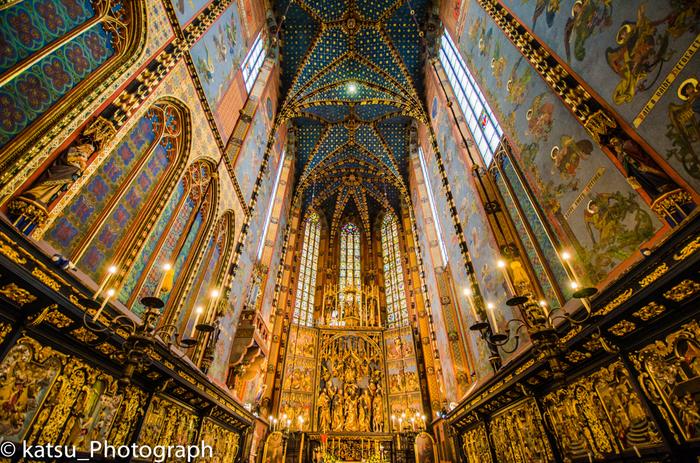 ポーランドで最も美しいと称される教会。天まで届くステンドグラスは息を呑むほど美しく、ヨーロッパ第2位の高さを持つ木造の祭壇は国宝に指定されています。