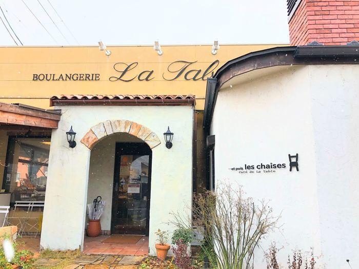 カントリー風のお洒落なカフェ「・・・et puis les chaises」。併設されているパン屋さん「BOULANGERIE La Table(ブランジェリー・ラ・ターブル)」のパンにぴったりなお食事やデザートが食べられるお店です。こちらもランチの候補に外せません。