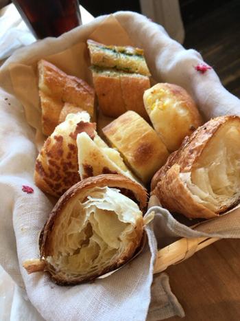 お食事と一緒に出されるパンは3種類選べます。なんとお代わりすることもできるんです!美味しいパンを心ゆくまで堪能できますよ。