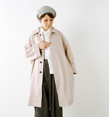 優しい色合いと風合いのラムウールコート。大きめの襟とゆったりシルエットで優し気な印象だけど、マニッシュにもカジュアルにも着こなせます。中に温かなニットを着ても、ゆったり軽い着心地です。