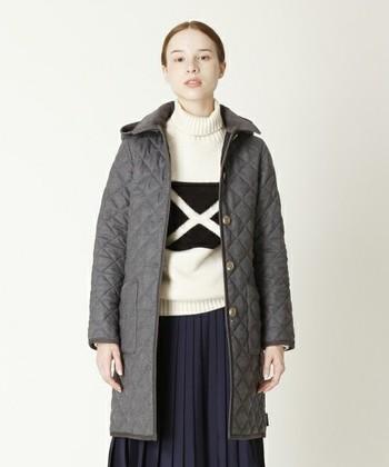 細身のシルエットがきれいなロングキルティングコートは、カジュアルな雰囲気のニットを大人っぽく見せてくれます。