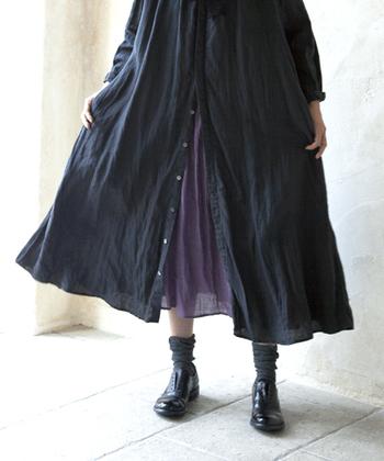 透け感のあるパープルのスカートをセットして、ワンピースの裾にニュアンスを。ボタンダウンタイプのワンピースなら、スカートの揺れ方も調節できて◎。