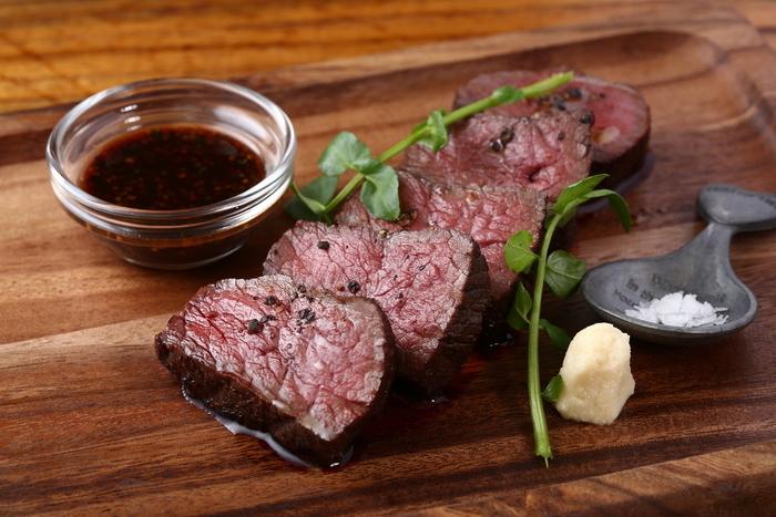 秋冬限定の人気メニューがエゾ鹿モモ肉のローストです。ジビエは臭みがあるのでは?と思わる方に、ぜひ食べていただきたい1品。絶妙な火入れでじっくりと焼き上げたエゾ鹿肉は、香りも旨味も閉じ込められ、お肉もしっとりしています。さっぱりしているので、これだけボリュームがあってもぺろりと食べてしまえますよ。おしゃれなビストロでいただくジビエは格別です!