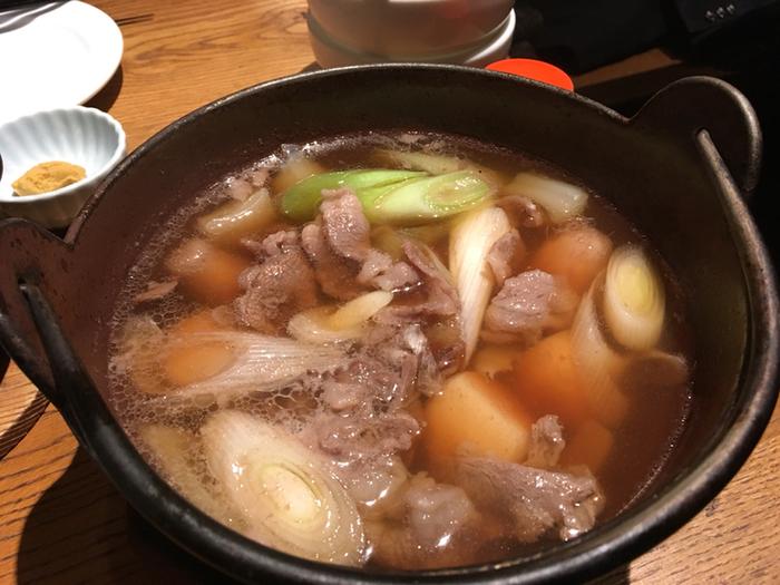 里芋をはじめ、お肉や野菜がたっぷり入った「芋煮」は、寒い時期の山形では欠かせないお料理のひとつ。一人分ずつ鉄鍋に入っているのも風情があって良いですよね。里芋はとろとろ、お出汁には野菜とお肉の旨みがたっぷりしみていて、体の芯から温まります。